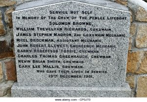 mousehole-cornwall-uk-memorial-to-the-crew-of-the-penlee-life-boat-cp0jt0